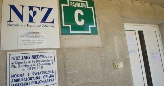 W punkcie nocnej i świątecznej opieki medycznej w Skierniewicach powinno dyżurować trzech lekarzy. W pracy był jeden. Prokuratura w Łodzi potwierdziła tym samym wcześniejsze ustalenia reportera RMF FM. Wkrótce placówka może stracić kontrakt z NFZ.