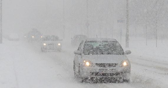 Na południu Polski sypnęło śniegiem. Kierowcy dzwonią na Gorącą Linię RMF FM i skarżą się na warunki jazdy w Małopolsce, na Podkarpaciu oraz w Łódźkiem. Trasy są białe i śliskie. Docierają do nas informacje o pierwszych utrudnieniach.
