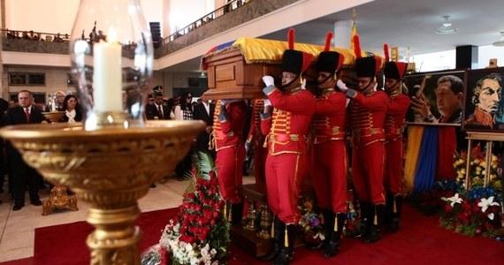 Rząd Wenezueli postanowił, że ciało zmarłego prezydenta tego kraju Hugo Chaveza nie będzie - wbrew zapowiedziom - zabalsamowane. Co ciekawe, władze tego kraju zrezygnowały z wcześniejszych planów po zasięgnięciu opinii... rosyjskich ekspertów.