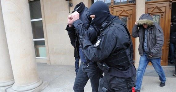Szczecińscy urzędnicy zatrzymani przez CBA dawali się korumpować za wstęp do strefy kibica czy za transport taksówką - dowiedziała się nieoficjalnie reporterka RMF FM Aneta Łuczkowska. Pomorski biznesmen, który miał wręczać osobom ze szczecińskiego establishmentu karty rabatowe, usłyszał w poniedziałek zarzut korumpowania urzędników. W ręce funkcjonariuszy CBA trafiło łącznie 9 osób.