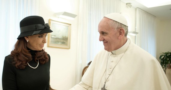 Papież Franciszek spotkał się z prezydent Argentyny Cristiną Fernandez de Kirchner. Po trwającej 15 minut rozmowie zjedli razem obiad w Domu Świętej Marty w Watykanie, gdzie papież na razie mieszka i przyjmuje na audiencjach. Po spotkaniu prezydent przyznała, że prosiła papieża o wstawiennictwo w sprawie Falklandów.