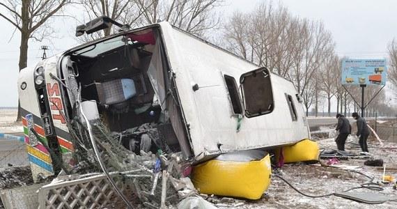 Tragiczny wypadek na drodze krajowej nr 1 w pobliżu Włocławka. Nad ranem autokar wiozący kibiców Lechii Gdańsk zjechał z trasy i przewrócił się na bok. Zginęły dwie osoby. Dwanaście jest ciężkim stanie.