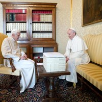 Benedykt XVI i papież Franciszek w Castel Gandolfo [PAP/EPA/OSSERVATORE ROMANO / HANDOUT]