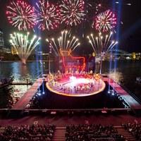 """Fajerwerki towarzyszące plenerowej inscenizacji opery """"Carmen"""" w Sydney [PAP/EPA/JAMES MORGAN]"""