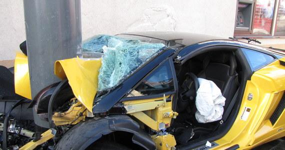 Do groźnego wypadku doszło w Sopocie. Lamborghini kierowane przez 38-letniego mężczyznę wypadło z trasy, uderzyło w rowerzystę i zatrzymało się na latarni ulicznej.