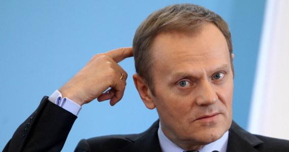 """""""Każdy ma prawo ubiegać się o władzę, jednak ci, którzy chcą zaangażować się w politykę, powinni zdjąć maski i powiedzieć to społeczeństwu otwarcie"""" - stwierdził Donald Tusk, pytany, czy w działalności kierowanej przez Pawła Kukiza i Piotra Dudę Platformy Oburzonych widzi polityczne zagrożenie dla swojej partii. """"To jest inicjatywa stricte polityczna. Nie mam nic przeciwko, aby poważna konkurencja powstawała także w tak spontaniczny sposób"""" - podkreślił."""