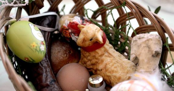Kroszonki, czyli pisanki, mięso i chleb muszą znaleźć się w koszyku, który Ślązacy zanoszą do poświęcenia w kościele. Dawniej dość powszechnie mieszkańcy tego regionu wkładali do koszyka również sól, alkohol i chrzan.