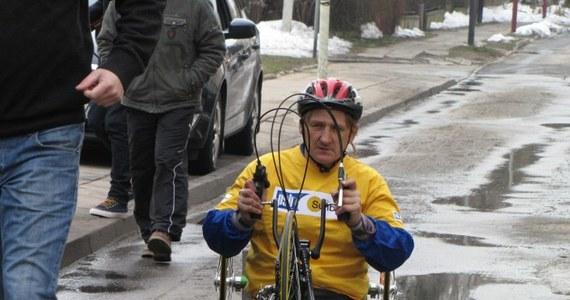 Niepełnosprawny kolarz Krzysztof Jastrzębski we wtorek wyruszył z Łodzi na wyprawę wokół Europy. Dwutygodniowa trasa liczy niemal 4 tysiące kilometrów, a sportowiec jedzie na specjalistycznym rowerze, napędzanym siłą mięśni rąk.