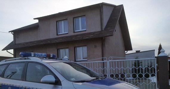 Ciała trzech noworodków odnaleźli policjanci w zamrażalniku w domu małżeństwa z Lubawy w Warmińsko-Mazurskiem. Funkcjonariusze dostali informację, że kobieta mogła zajmować się sprzedażą dzieci. Makabrycznego odkrycia dokonali podczas przeszukania domu.