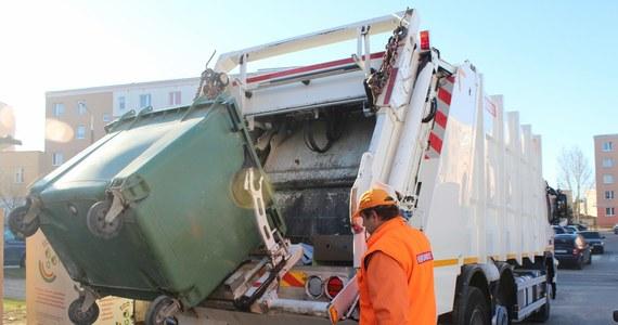 Co dzieje się z odpadkami kiedy już trafią do kosza? Długą drogę domowych śmieci na wysypisko prześledził reporter RMF FM. Piotr Bułakowski razem z pracownikami firmy odbierającej odpadki wybrał się w poranny objazd po Olsztynie.