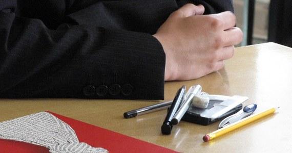 W 2015 roku ponadprzedmiotowy sprawdzian dla szóstoklasistów zostanie zastąpiony sprawdzianem wiedzy i umiejętności z matematyki, języka polskiego i języka obcego, a z matury zniknie prezentacja. Tak wynika z rozporządzenia podpisanego przez minister edukacji Krystyny Szumilas.