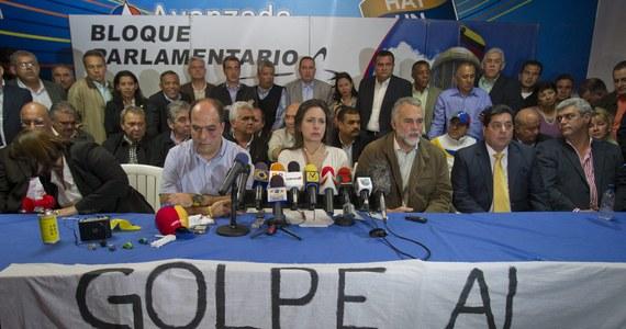 Wenezuelscy deputowani dotkliwie pobili się w parlamencie. Było to  w czasie gorącej sesji powiązanej ze sporem na dotyczącym niedawnych wyborów prezydenckich.