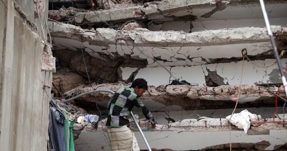 Ponad 400 osób zginęło po zawaleniu się w ubiegłym tygodniu fabryki odzieży w pobliżu stolicy Bangladeszu. Blisko 150 osób uznaje się nadal za zaginione - poinformowała policja.