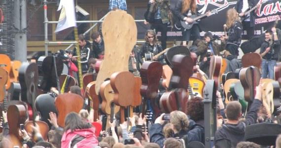 """Gitarzyści zgromadzeni na wrocławskim rynku nie pobili w środę ustanowionego w zeszłym roku rekordu Guinnessa. """"Hey Joe"""" Jimiego Hendriksa wspólnie zagrało 5734 gitarzystów. To ponad 1500 osób mniej niż rok temu."""