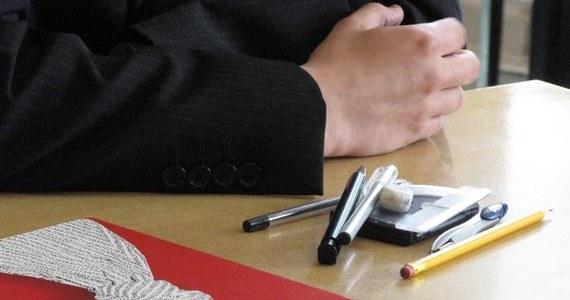 Kilkuset maturzystów w całym kraju rozpoczęło międzynarodowy egzamin dojrzałości - International Baccalaureate (IB). Dzisiaj piszą egzamin z języka angielskiego. Na całym świecie międzynarodową maturę zdaje 50 tysięcy uczniów.