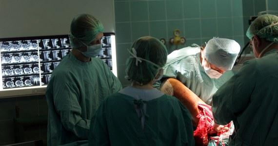 We Francji ponad 600 pacjentom wszczepiono protezy stawu biodrowego, których producent nie uzyskał wymaganych pozwoleń. Podejrzane protezy już zostały wycofane z rynku.