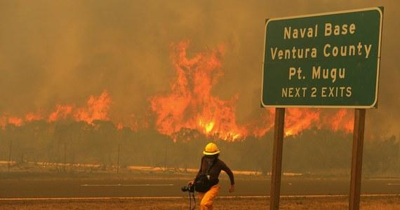 Pożary lasów i zarośli zagrażają około 4 tysiącom domów położonych na północny zachód od Los Angeles. Ogień i gęsty dym zmusiły władze do zamknięcia 13-kilometrowego odcinka autostrady Pacific Coast Highway (PCH) biegnącej wzdłuż wybrzeży Pacyfiku oraz jednego z kampusów należących do uniwersytetu stanu Kalifornia.