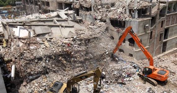 Budynek, który półtora tygodnia temu zawalił się na przedmieściach stolicy Bangladeszu, był zaprojektowany jako biurowiec, a nie fabryka. Jego projektant ujawnił, że gmach miał mieć 5, a nie 8 pięter i nie przewidziano w nim tak ciężkich urządzeń jak maszyny tekstylne i wielkie generatory.