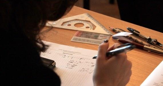 Maturzyści przystąpią w środę do kolejnego egzaminu. Tym razem o godzinie 9 około 365 tys. uczniów klas maturalnych będzie zdawać obowiązkowy pisemny test z matematyki na poziomie podstawowym.