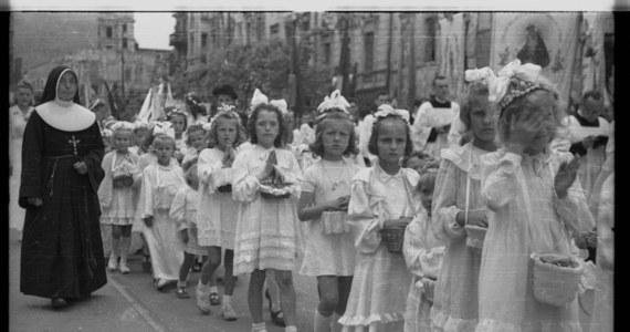 Przegląd prezentów z okazji Pierwszej Komunii Świętej, jakie dawano dzieciom kiedyś i jakie daje się im dzisiaj, to niemalże najnowsza historia Polski w pigułce. Od skromnych pamiątek dawanych zaraz po wojnie, przez sławetne rowery, które królowały w latach 80. i 90., aż po elektronikę, bez której żadne współczesne dziecko nie wyobraża już sobie życia. Zapraszamy na małą podróż w czasie.