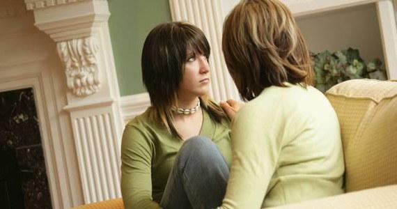 Masz problemy z porozumieniem się z własną córką. Nie Ty jedna. Pocieszający jest fakt, że córki doceniają swe matki, ale dopiero w 23. roku życia. To wyniki sondażu opublikowanego w Wielkiej Brytanii.