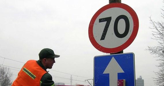 W 262 miejscach na polskich drogach będzie można jeździć szybciej, a w 144 pojawią się nowe ograniczenia prędkości - to efekt prowadzonej przez kilka miesięcy kontroli oznakowania. Do 15 czerwca zmiany zostaną wprowadzone łącznie w 406 miejscach. Zobacz dokładny wykaz miejsc, w których zmieniło się oznakowanie.