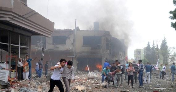Korespondent BBC odwiedził miasto Sarakib na północnym zachodzie Syrii, gdzie naoczni świadkowie powiedzieli mu, że rządowe śmigłowce zrzuciły co najmniej dwa ładunki zawierające trujący gaz. Tymczasem Damaszek kategorycznie zaprzecza, że używa broni chemicznej.