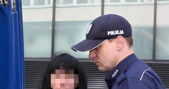 """Jest wniosek krakowskiej prokuratury o tymczasowy areszt dla Anny K., prezes fundacji """"Ludzie Zwierzętom w Potrzebie"""". Kobieta usłyszała zarzut znęcania się nad zwierzętami ze szczególnym okrucieństwem. Wczoraj do mieszkania 55-letniej kobiety weszli policjanci - w środku znaleźli 31 psów i kota. Część czworonogów była martwa."""