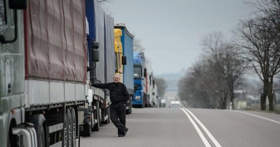 Tureccy kierowcy ciężarówek zablokowali po bułgarskiej stronie drogę do największego przejścia granicznego z Turcją - Kapitan Andrejewo. Nie przepuszczają żadnych pojazdów. Od wczoraj przejście blokują także bułgarscy kierowcy. Na parkingi kierowane są ciężarówki z całej Europy, także w Polski.