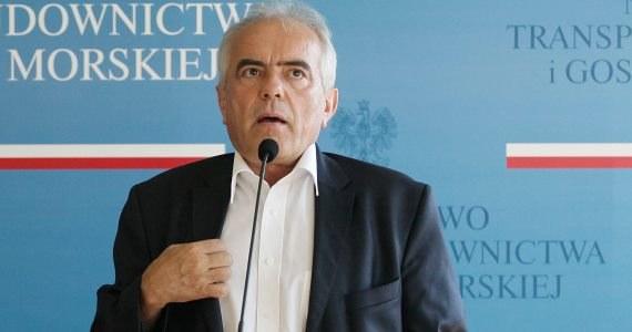 """Wiceminister transportu Tadeusz Jarmuziewicz mówi, że musi ustalić ze swoim szefem, od kiedy jest na urlopie, mimo że Sławomir Nowak jasno powiedział, iż jego zastępca już dziś ma wolne w związku z wyjaśnianiem jego kontaktów z firmą Alpine Bau. Wiceminister chwali też sobie współpracę z ministrem transportu i przyznaje, że nie widzi powodu, by pożegnać się z resortem. """"Na dziś śpię spokojnie, golę się bez zacięć"""" - mówi."""