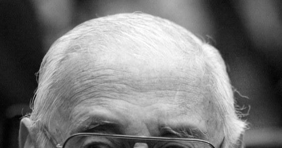 W wieku 87 lat zmarł były wojskowy dyktator Argentyny (w latach 1976-81) Jorge Videla. W 2010 r. został skazany na dożywotnie więzienie za zbrodnie przeciwko ludzkości, a dwa lata później za wdrożenie systemu kradzieży dzieci matek więzionych z przyczyn politycznych.