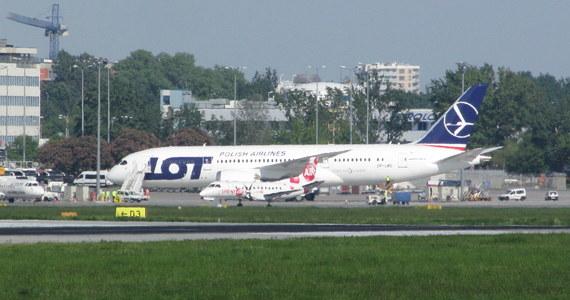 Boeing 787 Dreamliner wylądował w piątkowe popołudnie na warszawskim Lotnisku im. Chopina. Samolot przyleciał prosto z fabryki Boeinga w Stanach Zjednoczonych. To trzecia tego typu maszyna należąca do LOT-u.