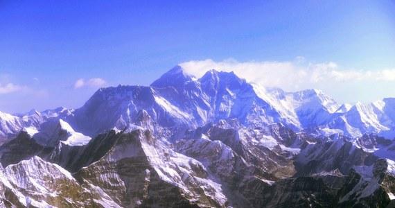 Pierwszy telewizyjny wywiad ze szczytu Mount Everestu i od razu... kłopoty. W tarapatach - himalaista Daniel Hughes i brytyjska stacja BBC. Okazało się bowiem, że na wywiad z Dachu Świata Hughes nie uzyskał wymaganego przez Nepal pozwolenia.