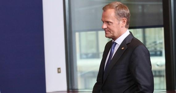 """Tuż przed szczytem UE premier Donald Tusk powiedział, że jest zadowolony z propozycji zapisów w dokumencie końcowym unijnego szczytu na temat gazu łupkowego, który został potraktowany jako szansa i potencjalny element koszyka energetycznego. Upomniał jednak ministra środowiska: """"Jeśli ktoś chce w Polsce inwestować miliardy w gaz łupkowy, musi mieć poczucie bezpieczeństwa biznesowego. Minister środowiska albo uzna mentalność nie tylko ekologa, ale też przedsiębiorcy, albo kto inny się tym zajmie""""."""