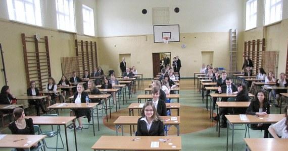 Maturzyści przystąpili dziś do pisemnego egzaminu z języka rosyjskiego. Egzamin pisemny na poziomie podstawowym z wybranego języka obcego nowożytnego jest jednym z obowiązkowych egzaminów na maturze. Na RMF24, jak każdego dnia matur, mamy dla Was egzaminacyjne arkusze. Już teraz możecie sprawdzić zadania z poziomu podstawowego i rozszerzonego.