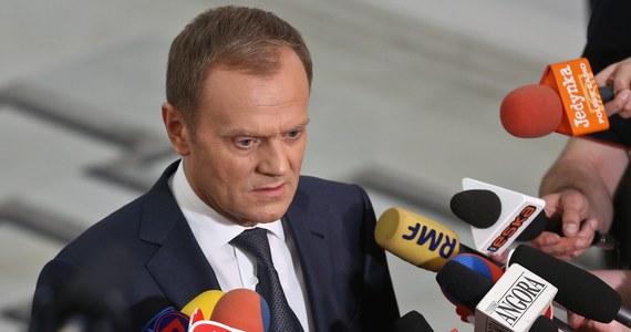 """Aż 69 proc. wyborców PO deklaruje, że chce, aby na czele partii pozostał premier Donald Tusk - wynika z sondażu """"Rzeczpospolitej"""". Grzegorz Schetyna zebrał 12,5 proc. głosów, a Jarosław Gowin - 6 proc. Pozostali - to niezdecydowani."""