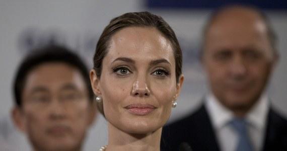 Ciotka amerykańskiej aktorki Angeliny Jolie zmarła wczoraj na raka piersi. Informację przekazała rzeczniczka jednego z kalifornijskich szpitali, dwa tygodnie po tym, jak Angelina oświadczyła, że zdecydowała się na podwójną mastektomię w obawie przed nowotworem.