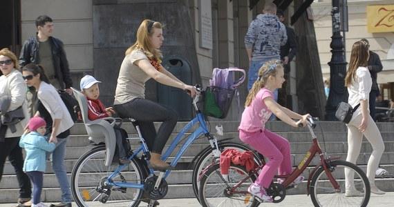 """Rodzice mający co najmniej dwoje dzieci mają mieć więcej wolnego i zyskać dostęp do tanich mieszkań na wynajem. Prezydent Bronisław Komorowski przedstawił 44 propozycje swojej polityki prorodzinnej. Nie chciał jednak zdradzić, ile program """"Dobry Klimat dla Rodziny"""" ma kosztować. A jak Wy myślicie, czego Waszym zdaniem najbardziej potrzebuje polska rodzina? Zagłosujcie już teraz w naszej sondzie!"""