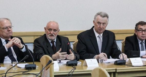 Resort Radosława Sikorskiego o wszystkim wiedział, a wyjazd do Moskwy zapowiadaliśmy już na konferencji w lutym - tak Państwowa Komisja Wyborcza odpowiada na pytania o spotkanie z szefem Centralnej Komisji Wyborczej Rosji. Wcześniej wyjaśnień od PKW zażądało Ministerstwo Spraw Zagranicznych. Resort jest oburzony i zaskoczony tym, że członkowie PKW debatowali z rosyjską CKW o organizacji wyborów i kampanii wyborczych. Wyjaśnień oczekuje również opozycja.