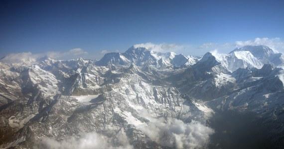 Władze Nepalu planują wprowadzić ułatwienie dla turystów, którzy planują się wspinać na Mount Everest. Nowy pomysł zakłada zainstalowanie na szczycie... drabiny. Ta miałaby zapewnić himalaistom większe bezpieczeństwo.