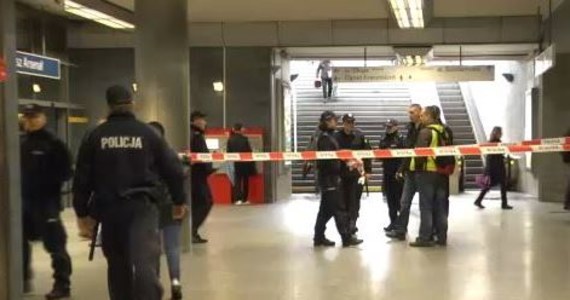 Niewielka paczka pozostawiona na stacji warszawskiego metra Ratusz Arsenał była przyczyną ewakuacji około tysiąca osób i wstrzymania ruchu kolejki. Gdy na miejsce przyjechali pirotechnicy, by sprawdzić podejrzany pakunek, okazało się, że w środku jest... potłuczony wazon.