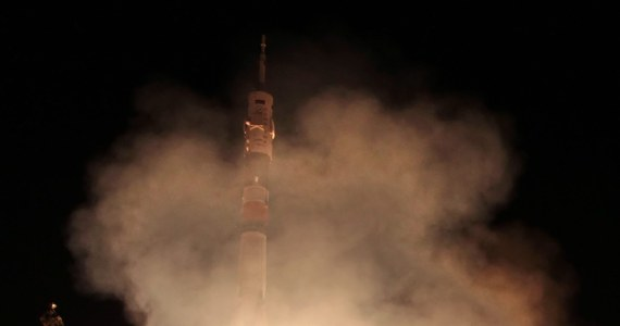 Rosyjski statek kosmiczny Sojuz z trzema astronautami na pokładzie przycumował nad ranem do Międzynarodowej Stacji Kosmicznej (ISS). Rosjanin, Włoch i Amerykanka spędzą na ISS sześć miesięcy, przeprowadzając różnego rodzaju eksperymenty.