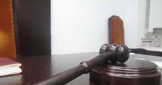 """14 lat więzienia - to wyrok jaki usłyszał w sądzie w Krakowie 48-latek, który pod pozorem udzielenia pożyczki szantażował kobiety i domagał się od nich nagich zdjęć. W jego """"kolekcji"""" policjanci znaleźli też fotografie dzieci. Mężczyzna ma też trafić na terapię farmakologiczną. Wcześniej był karany za zgwałcenie sześciu kobiet."""
