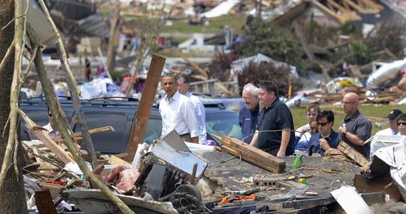 Gwałtowne burze i tornada przeszły przez Oklahomę w centrum USA i - jak poinformowały miejscowe władze - uderzyły już w przedmieścia stolicy tego stanu. Na skutek przejścia żywiołu zginęło pięć osób, w tym kobieta z dzieckiem. Są też znaczne straty materialne.