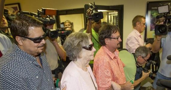 84-letnia Gloria MacKenzie, mieszkanka niewielkiego miasteczka Zephyrhills na Florydzie, wygrała główną wygraną w loterii Powerball w wysokości 590 mln dolarów. To największa wygrana w historii tej loterii.