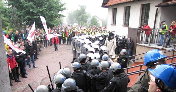 Kilka tysięcy osób manifestowało w małopolskich Brzeszczach w obronie tamtejszej kopalni. Związkowcy, pracownicy i mieszkańcy boją się, że zakład zostanie zlikwidowany. Protest w pewnym momencie wymknął się spod kontroli. By uspokoić agresywnych demonstrantów, policja musiała użyć pałek i gazu. Zatrzymano sześć osób.