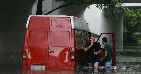 """Planujecie zakup samochodu? Uważajcie na """"okazje"""". Po powodziach w Polsce i Europie rynek będzie dosłownie zalany podtopionymi autami. Sprawdźcie, jak je rozpoznać."""