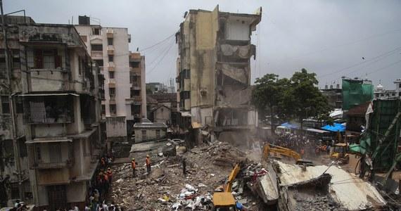 Jedna osoba zginęła, a co najmniej 20 jest uwięzionych pod gruzami kilkupiętrowego budynku mieszkalnego, który zawalił się w poniedziałek wieczorem w centrum Bombaju - podały miejscowe media. W regionie od dwóch dni padają silne deszcze monsunowe.