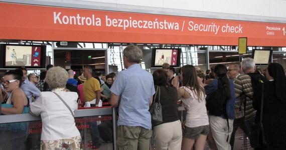 """Kilkuset pasażerów dosłownie tłoczyło się w piątek w kolejkach do kontroli bezpieczeństwa na warszawskim lotnisku im. Fryderyka Chopina. Część z nich nie zdążyła na samolot. """"Nie radzimy sobie"""" – przyznał bezradnie rzecznik portu Przemysław Przybylski."""