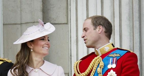 Wiadomość o narodzeniu dziecka księżnej Kate i księcia Williama zostanie ogłoszona na papierze z sygnaturą Pałacu Buckingham i opublikowana na dziedzińcu na specjalnych sztalugach jeszcze przed wysłaniem informacji do prasy - podał dwór świętego Jakuba, który pełni rolę sekretariatu książęcej pary. Dokładnie w ten sam sposób ogłoszono narodziny księcia Williama.